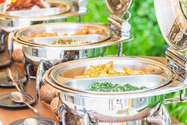 Ponto de foco seletivo em buffet de comida no restaurante Foto gratuita