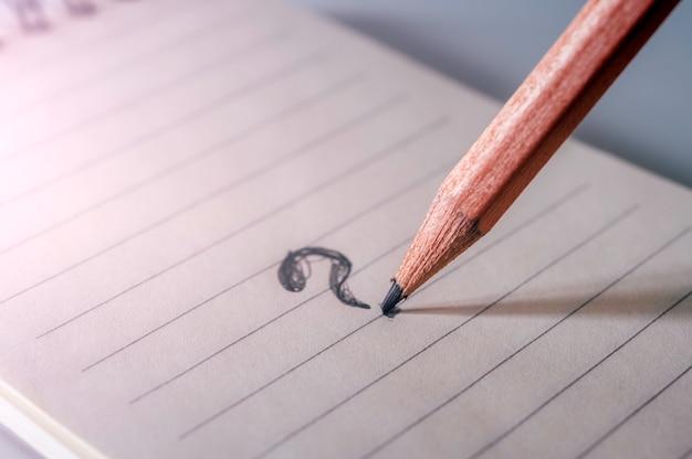 Ponto de interrogação desenhar a lápis sobre papel Foto Premium