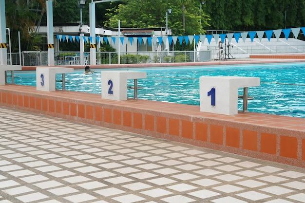 Ponto de partida em uma piscina Foto Premium