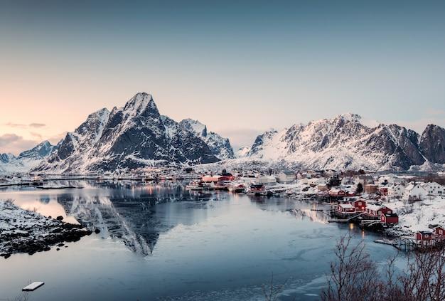 Ponto de vista da vila de pescadores no vale no inverno Foto Premium