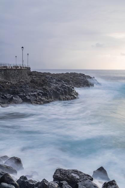 Ponto de vista de mesa del mar com iluminação pública, fotografia de longa exposição Foto Premium
