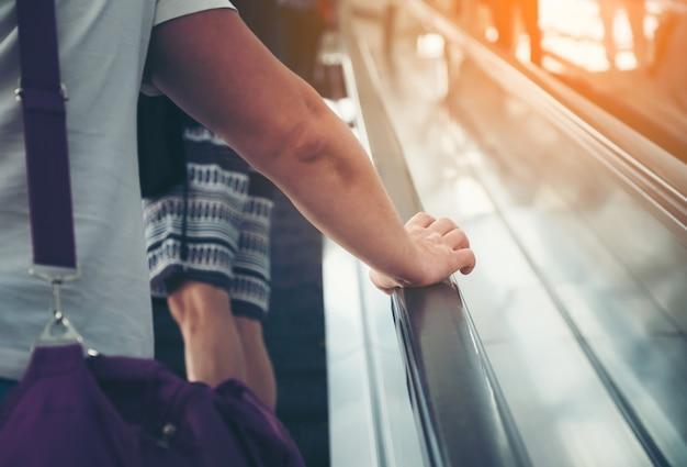 Ponto de vista dos homens numa escada rolante Foto Premium
