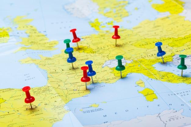 Pontos de destino de viagem em um mapa indicado com tachinhas coloridas Foto Premium