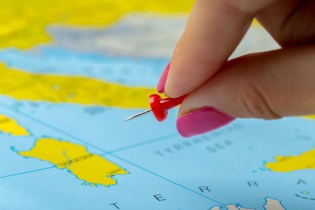 Pontos de destino de viagem em um mapa Foto Premium