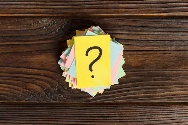 Pontos de interrogação coloridos escritos bilhetes lembretes. pergunte ou conceito de negócio Foto Premium