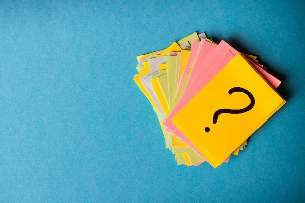 Pontos de interrogação escritos lembretes bilhetes Foto Premium