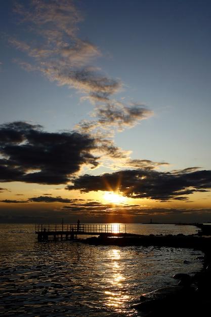 Pôr do sol amarelo com pessoas silouete Foto gratuita