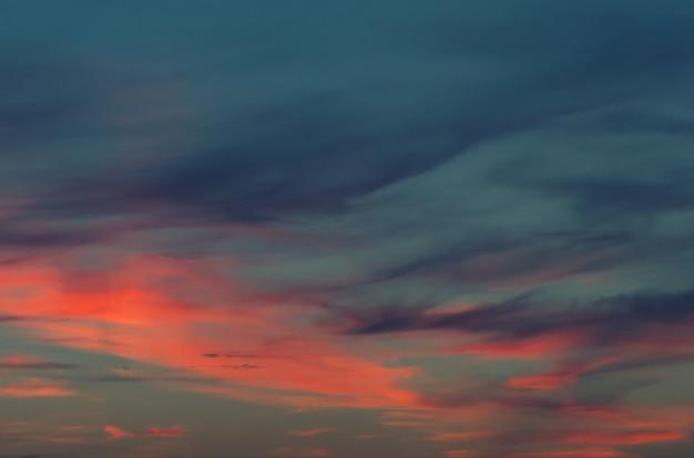 Pôr do sol azul céu e nuvens fundos Foto Premium