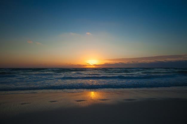 Pôr do sol colorido incrível na estância balnear no méxico Foto Premium