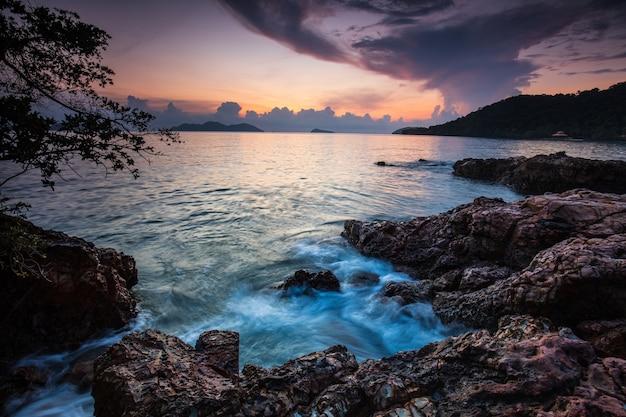 Por do sol colorido no mar na ilha de koh wai, província de trat, tailândia. Foto Premium