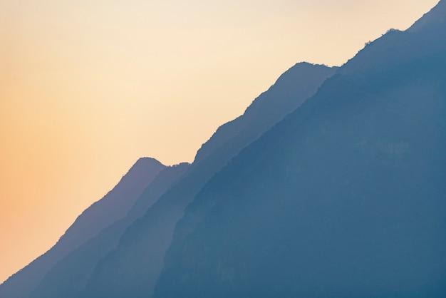Pôr do sol com as camadas de montanha, floresta tropical, montanha asiática Foto Premium