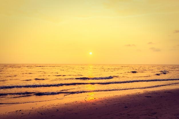 Pôr do sol com o céu na praia Foto gratuita