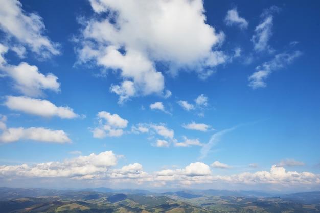Pôr do sol com raios de sol, céu com nuvens e sol. Foto gratuita