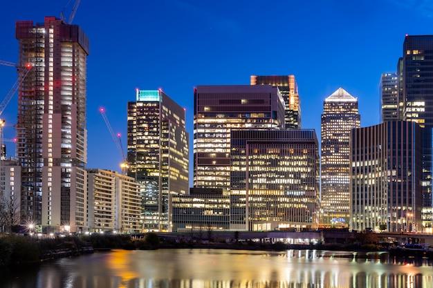 Pôr do sol de london canary wharf Foto Premium