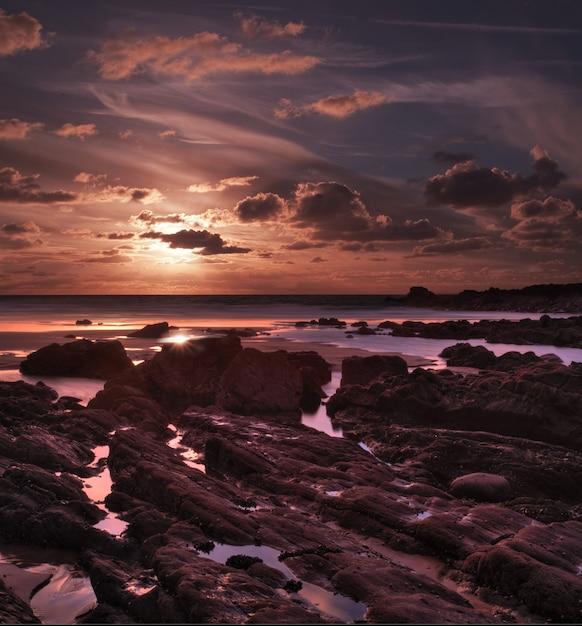 Pôr do sol de tirar o fôlego em duckpool bay perto de bude, north cornwall, reino unido Foto gratuita
