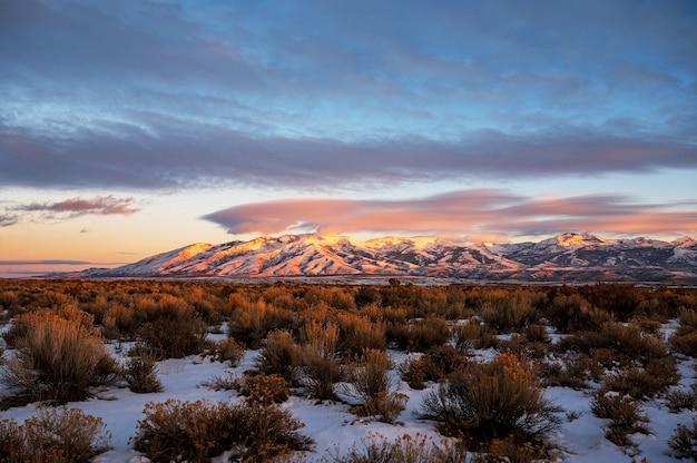Pôr do sol de tirar o fôlego sobre a little cedar mountain em nevada Foto gratuita