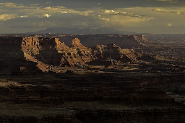 Pôr do sol de tirar o fôlego sobre um cenário montanhoso no cânion Foto gratuita