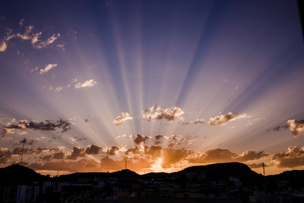 Pôr do sol deslumbrante com os últimos raios da luz solar Foto gratuita