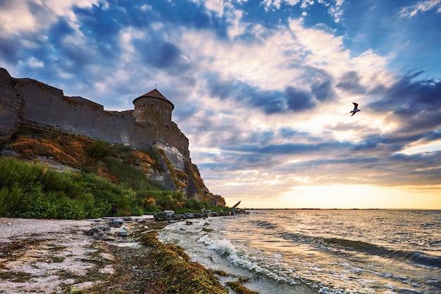 Pôr do sol deslumbrante perto da fortaleza de akkerman Foto Premium