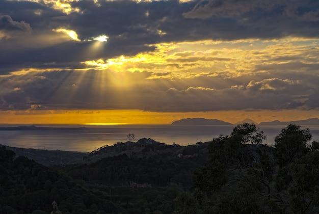 Pôr do sol do tirreno nas montanhas peloritani, sicília, itália Foto gratuita