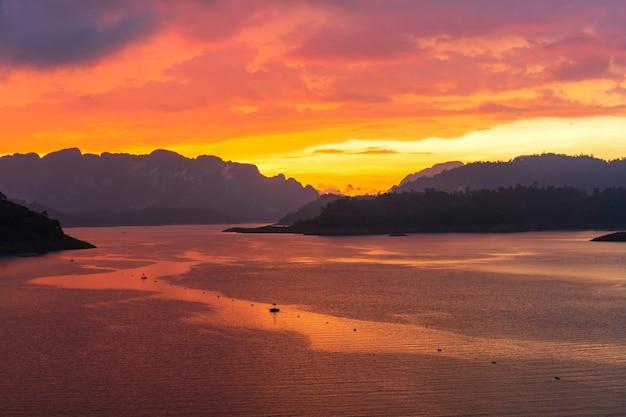 Pôr do sol dramático com céu de cor de crepúsculo e nuvens do ponto de vista superior da barragem. plano de fundo do conceito de céu colorido. copie o espaço Foto Premium