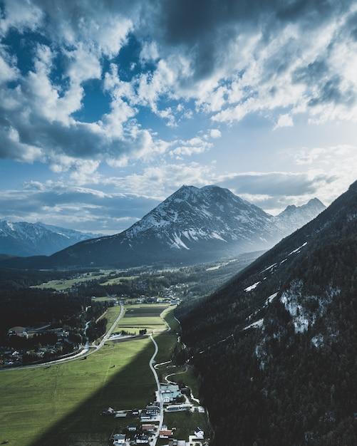 Por do sol dramático disparado nos cumes austríacos. Foto Premium