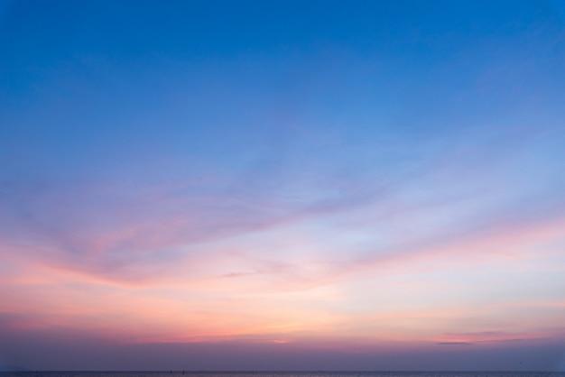 Pôr do sol e mar com nuvens. fundo de verão. Foto Premium