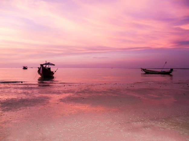 Pôr do sol e praia uma linda em koh phangan, surat thani, tailândia tailândia Foto Premium