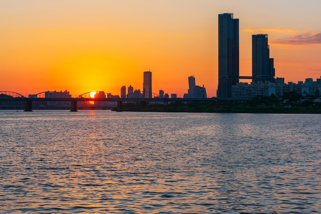 Por do sol em han river na cidade de seoul, coreia do sul. Foto Premium