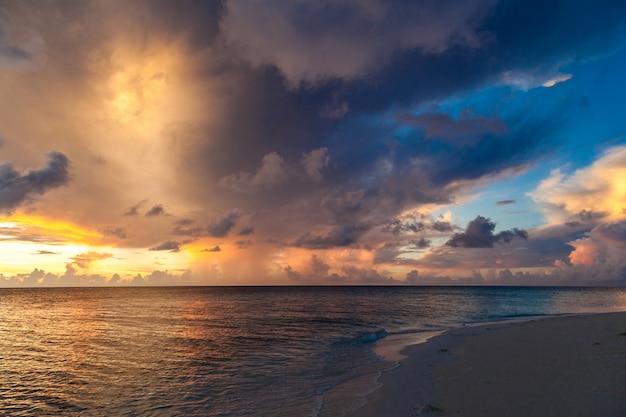 Pôr do sol em uma ilha no oceano índico Foto Premium