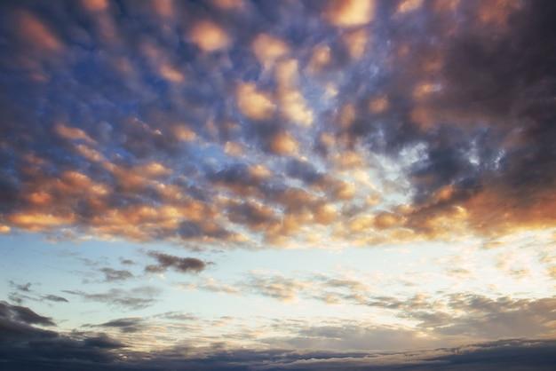 Pôr do sol fantástico nas nuvens cumulus montanhas Foto gratuita