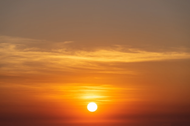 Pôr do sol lindo céu, sol e nuvens Foto gratuita