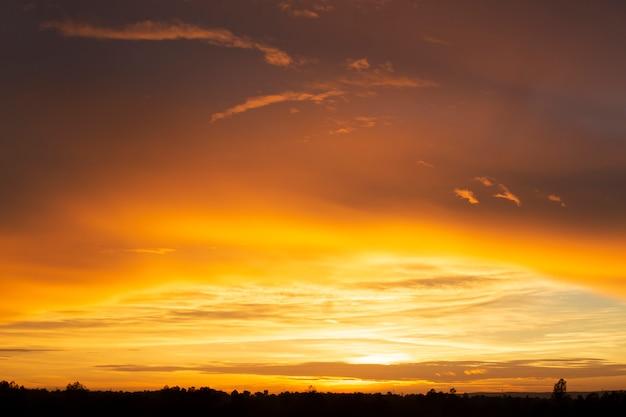 Por do sol maravilhoso ou fundo do nascer do sol. Foto Premium