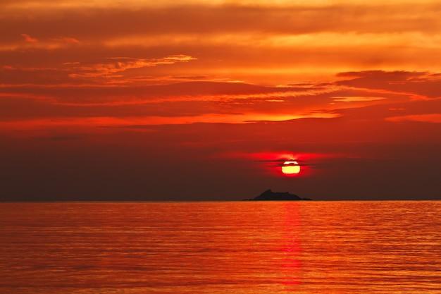 Pôr do sol na ilha de ko phangan Foto Premium