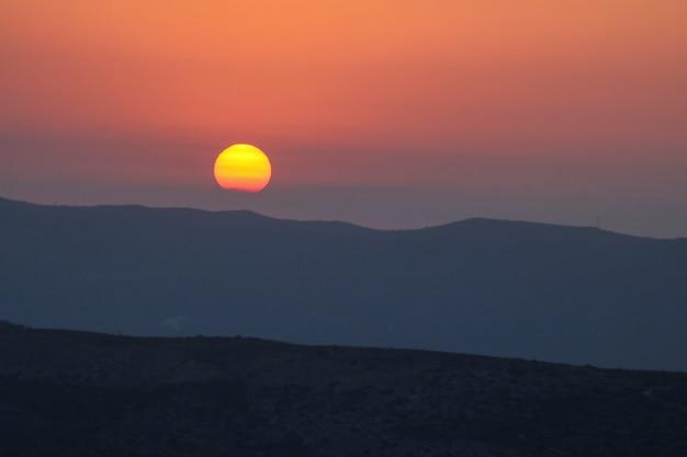 Pôr do sol na montanha, pôr do sol atrás da montanha. Foto Premium