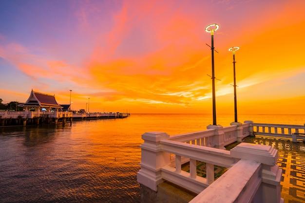 Por do sol na praia de laem tan bangsan, sriracha, chonburi, tailândia. Foto Premium