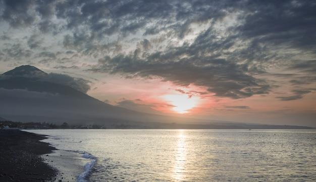 Pôr do sol na praia fechada ao vulcão Foto Premium