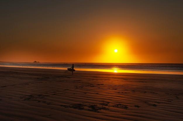 Pôr do sol na praia legzira Foto Premium