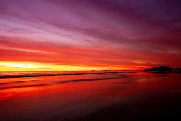 Pôr do sol na praia no verão Foto Premium