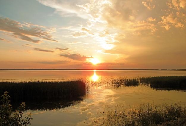 Pôr do sol no lago no verão Foto Premium