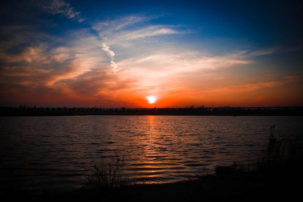 Pôr do sol no lago Foto gratuita