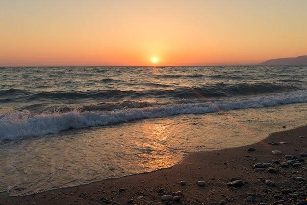 Pôr do sol no mar na abkhazia Foto Premium