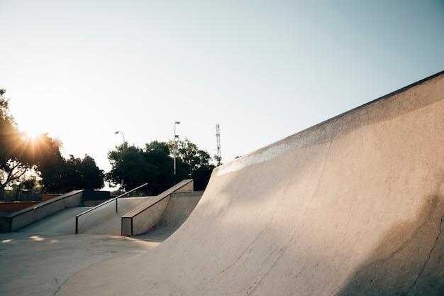 Pôr do sol no parque de skate urbano Foto gratuita