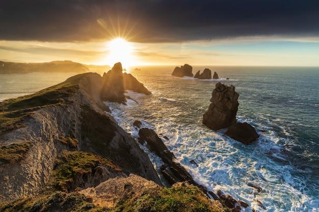 Pôr do sol nos urros de liencres, cantábria, espanha, Foto Premium