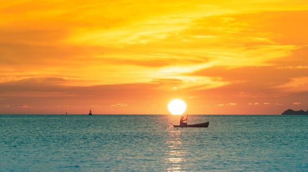 Pôr do sol omega, pôr do sol na bela praia tropical com luzes douradas, koh samui, tailândia Foto Premium