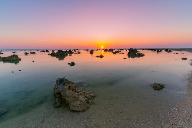 Pôr do sol paisagem em cape coral no mar de andaman em phang nga, sul da tailândia Foto Premium