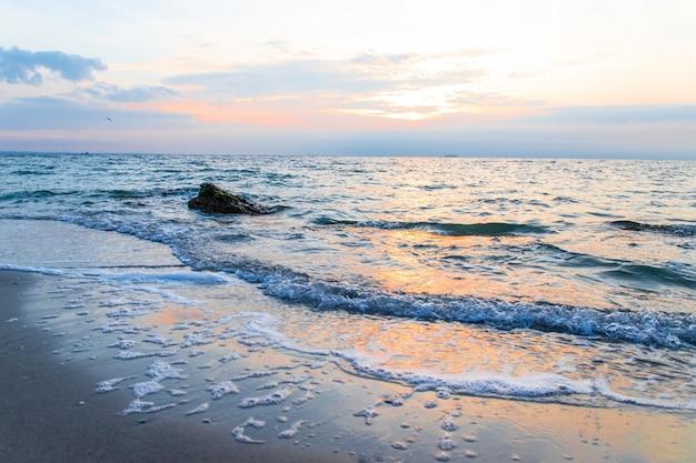 Por do sol radiante da praia do mar Foto Premium