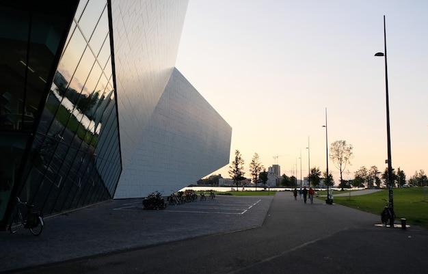 Pôr do sol sobre arquitetura em amsterdam, holanda Foto Premium
