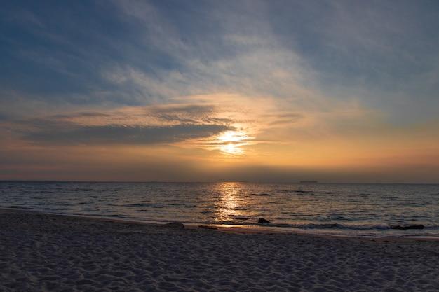Pôr do sol sobre o mar. estônia. europa Foto Premium