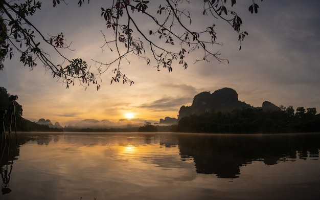 Pôr do sol sobre o rio e a montanha Foto Premium